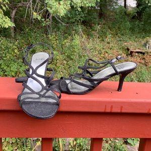 Textured blk Stuart Weitzman 8.5M open toe sandals